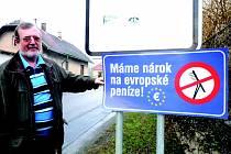 V Kolči protestní cedule vyvěsil místostarosta Erik Dvořák. Obec nyní řeší problémy se získáním dotací na kanalizaci. Podle místostarosty je to, vzhledem k velikosti Kolče, prakticky nemožné.