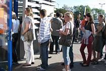 Kdo chce svým dětem vyřídit průkazku na kladenském autobusovém nádraží, musí počítat s čekáním v dlouhé frontě.