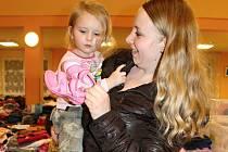 ALENKA MESTEKOVÁ si oblečení a boty vybírala s maminkou Ivanou. Na burzu přijeli i se sestřičkou Evičkou, tatínkem a babičkou.