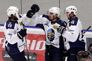 Patrik Machač (uprostřed) měl loni špatně zaregistrovanou smlouvu a Kladno kvůli tomu přišlo o důležité body. Teď Rytíře napodobil jejich velký soupeř - České Budějovice.