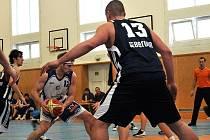 Basketbalisté Kladna (v bílém)  přehráli v dramatickém utkání Beroun 88:77