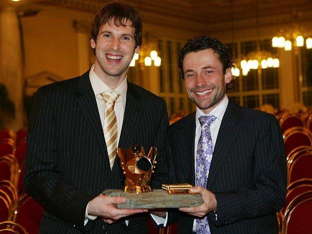 Viktor Kolář (vpravo) s Petrem Čechem poté, co se gólman stal Fotbalistou Česka