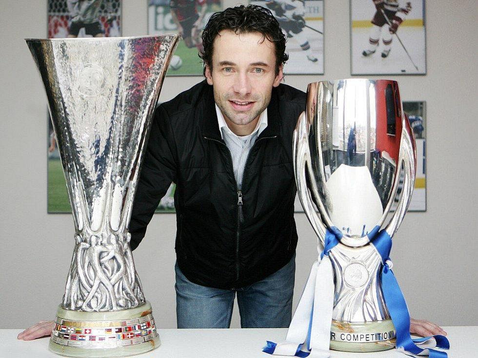 Viktor Kolář s Pohárem UEFA a Superpohárem. Obě trofeje vybojoval jeho svěřenec Radek Šírl v dresu Petrohradu.