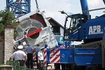 Šesti set tunový jeřáb blokoval silnici ve Vítově téměř dva dny. Technika obec opustila až v pátek ráno.