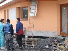 Požár v Braškově-Valdeku způsobil škodu za 1,5 milionu korun. Přestože budova zvenku neutrpěla velkou újmu,  stropní konstrukce.
