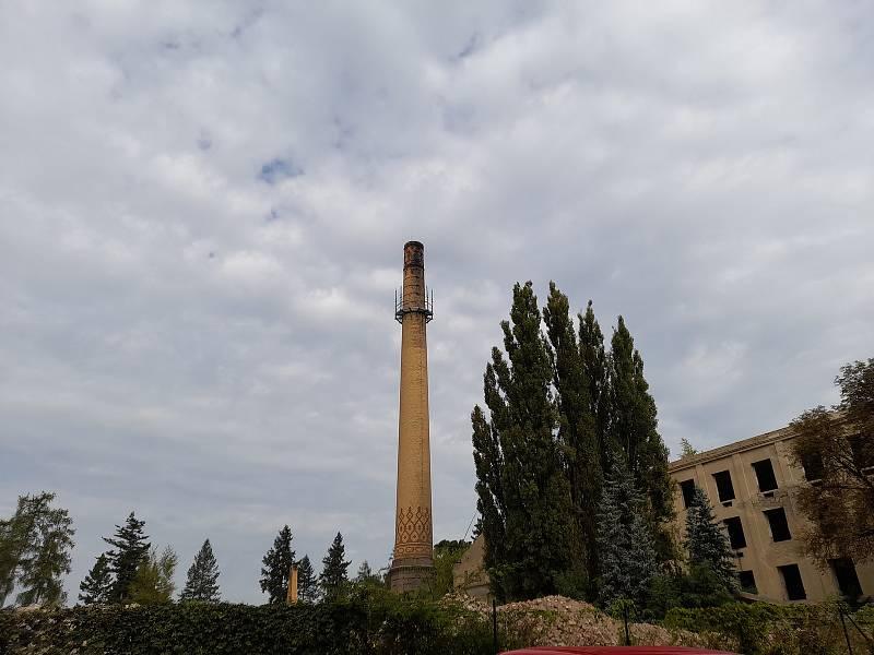 Odstřel historického komína v Benaru, 2. října 2021 v pravé poledne.