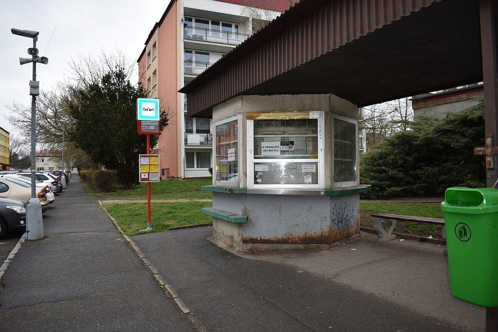Autobusová zastávka v Arbesově ulici, včetně osiřelé trafiky. (Trafikantka nedávno zemřela za dosud nevyjasněných okolností).