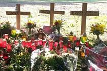 Tři křížky umístili kamarádi na místo tragédie u Drnku v následujících dnech.