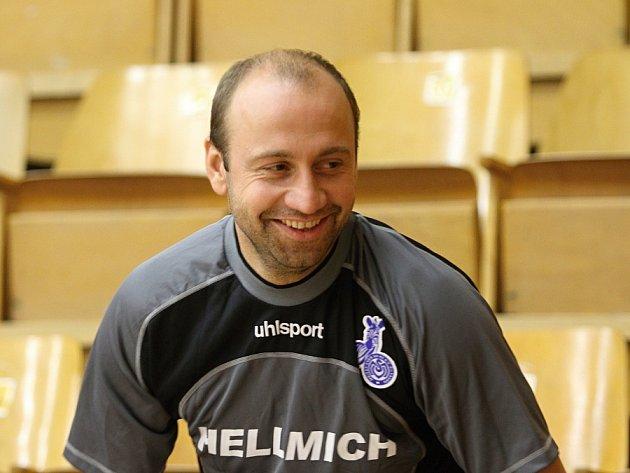 Pavel Drsek vdobré náladě  // Vítězi 12.ročníku Vánočního futsalového turnaje Josefa Fujdiara se stali Los Kujunos