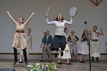 Nedělní program folklorního festivalu v místním amfiteátru.