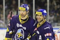 Kulaté góly oslavili Jaromír Jágr (vlevo), který dal stý kladenský v sezoně, a Marek Černošek, jenž obstaral ještě kulatější branku. Má pořadové číslo 8000 v hostorii kladenských zápasů v nejvyšší soutěži.