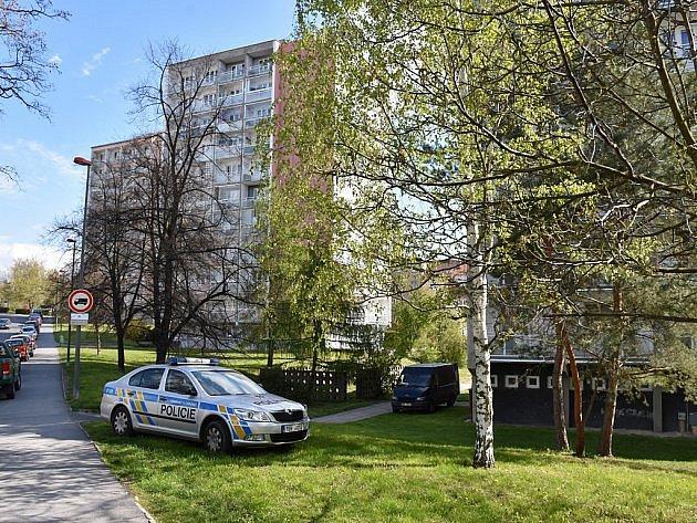 Muž byl brutálně přepaden v bytě v paneláku ve Stehlíkově ulici ve Slaném.