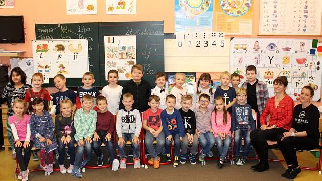 První třída pod vedením třídní učitelky Ireny Karnetové a asistentky pedagoga Kristýny Čermákové.