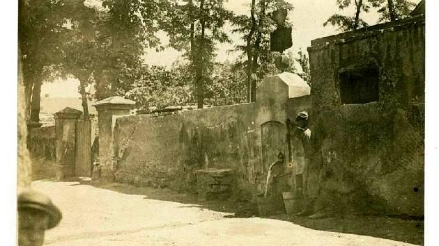 Unikátní fotografie Slaného pramene, tak jak ho již neznáme. Fotografie není datována, ale nad pramenem je vidět silueta plechové cedule, která se dochovala a je momentálně umístěna ve slánském muzeu.