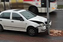 V Kladně před nemocnicí se srazilo auto s autobusem.