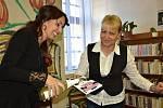 Křest nové knihy spisovatelky Jany Javorské (v bílé košili s černou vestou). Kmotrou byla moderátorka Kateřina Pallayová (v černém kostýmku).
