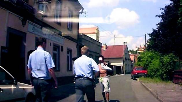 Policejní zákrok ve Slaném. Útočník zaútočil na muže zákona.