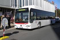 Nových autobusů na plyn (na snímku) a opravených zastávek se dočkají cestující v Kladně.
