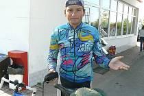 JAN TAJČ ZE SLANÉHO překonal Afriku na tomto jízdním kole. Jeho duši prý lepil pouze patnáctkrát. Po příjezdu do rodného města potřeboval řadu dní především velmi odpočívat.