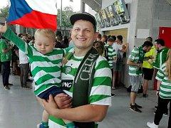 Michal Duda se svým synem před červencovým utkáním Slavia - Celtic.
