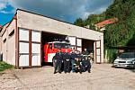 Zákolanští hasiči před objektem současné hasičárny.