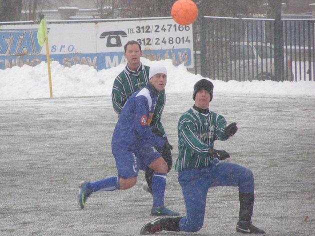 patrik Svoboda (v modrém) při svém debutu za dospělý tým SK Kladno B