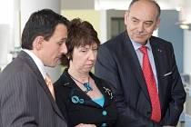 Komisařka EU pro obchod Catherine Ashton (uprostřed) navštívila firmu v Želevčicích.