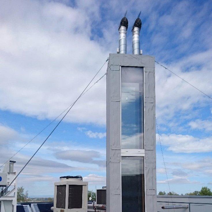 Solární komín na střeše výzkumného centra v Buštěhradu.