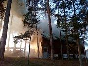 Myslivecká chata v Libovici málem lehla popelem, lidé chtějí pomoci s její záchranou.