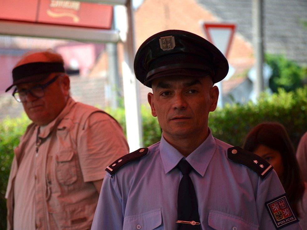V roli policisty se objeví Richard Grulyo.