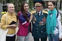 Za generálmajorem Petrem Brochem přijela do Slaného trojice mladých ruských dívek žijících a studujících v Čechách. Je pro ně velkým hrdinou.