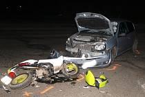 Vážná nehoda renaultu a motocyklu u Velké Dobré