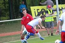 Lhota (v bílém) porazila v derby Tuchlovice 2:0.