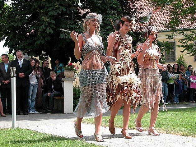Součástí vernisáže výstavy absolventských prací byla módní přehlídka.