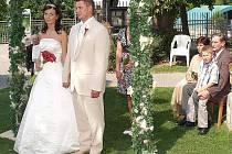 Ve štěstí osmiček věří mnoho párů. Jen na Kladensku jich v pátek sedmnáct oficiálně uzavře svůj svazek. Dva obřady se v Kladně uskuteční i v prostorách krásné zámecké zahrady.