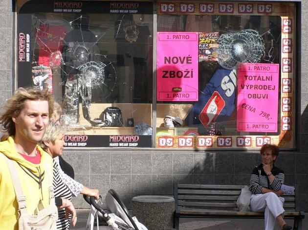Na výloze obchodu jsou dodnes patrny zásahy kameny hozenými dvěma neznámými pachateli.