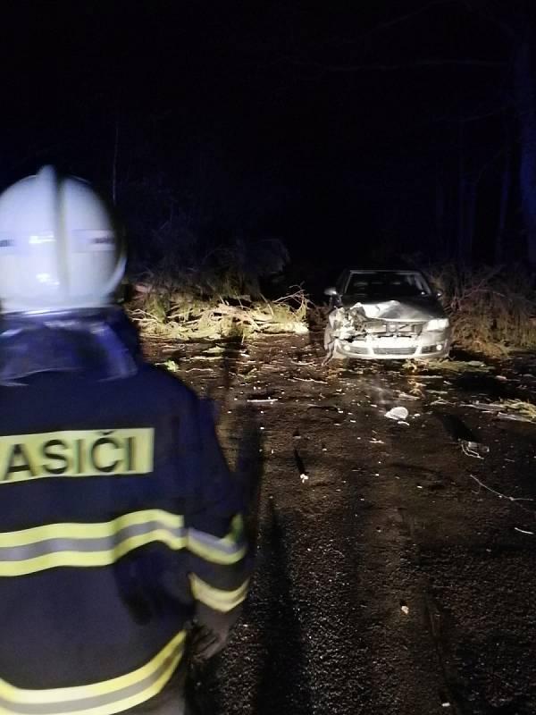 Zásah kladenských hasičů. Náraz osobního auta do stromu, který spadl na vozovku.