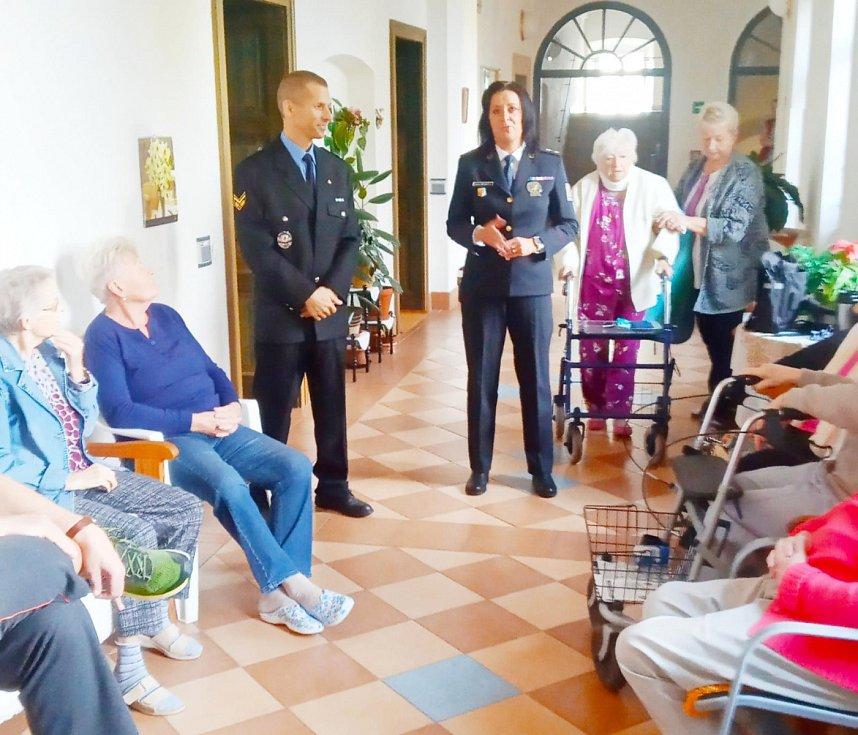 Policisté ze Středočeského kraje uskutečnili několik preventivních besed, které byly změřeny na bezpečí seniorů. (ÚO Mladá Boleslav)
