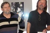 """""""Luděk Švorc (vlevo) je vlastně lovec, lovec našich řek s fotografickou kamerou v ruce,"""" charakterizoval při vernisáži autora výstavy galerista Jiří Hanke."""