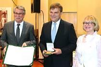 Zleva: Bernd Mathieu,předseda mezinárodní komise, Rudolf Jindrák, nositel Ceny Karla IV., Věra Blažková, předsedkyně Kulturního spolku v Cáchách.