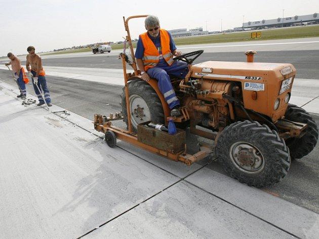 Hlavní i vedlejší přistávací a vzletové dráhy na letišti čeká pravidelná jarní údržba.