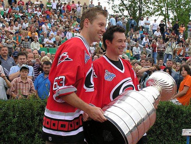 Takhle slavil zisk Stanley Cupu na Sletišti František Kaberle (vpravo) s Josefem Vašíčkem