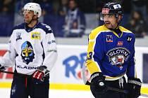 Hokejista Tomáš Kolafa v ústeckém dresu (vpravo) při utkání na Kladně, kde kariéru začínal. Teď ji předčasně ukončil kvůli pozitivnímu testu na kokain.