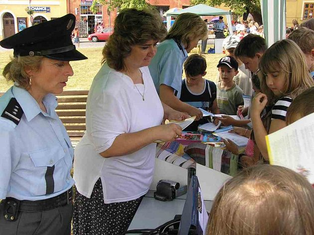 DEN Policie ČR se uskutečnil včera na slánském náměstí. Stovky dětí poznaly policejní práci.
