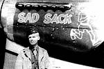 Mladý americký pilot u svého letounu.