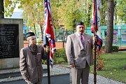 Mnoho lidí se přišlo na kladenské Sletiště poklonit památce umučených sokolů. Foto: Jan Brabec