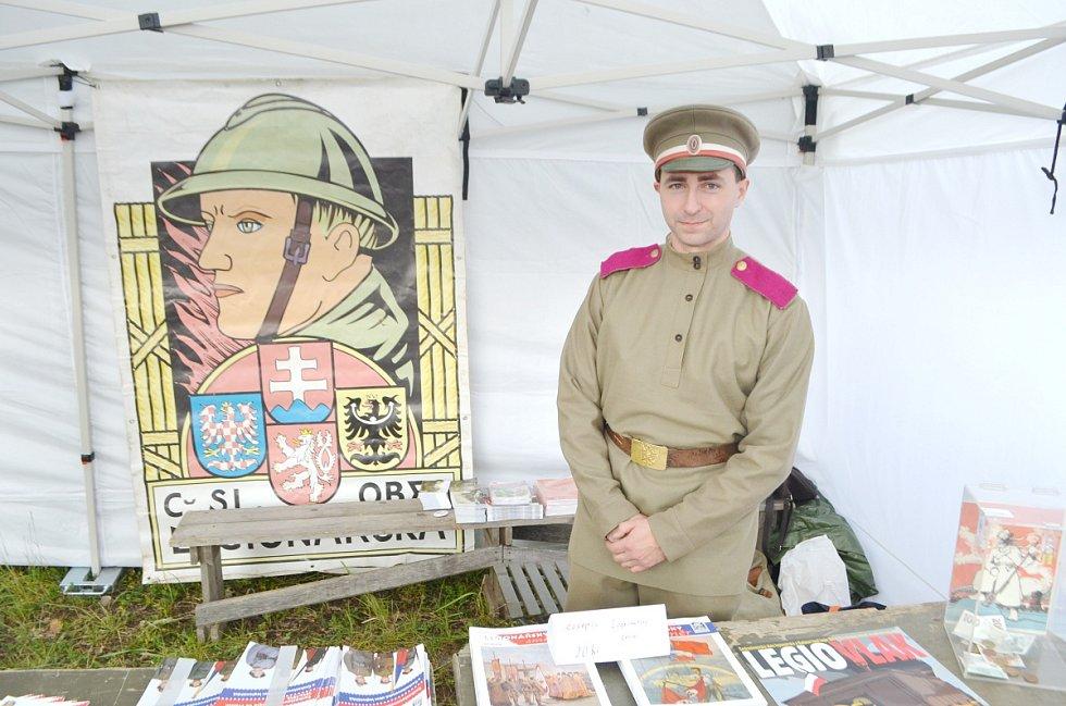 STÁNEK ČESKOSLOVENSKÉ OBCE LEGIONÁŘSKÉé nabízel propagační materiály, dobové pohlednice a legionářskou literaturu.