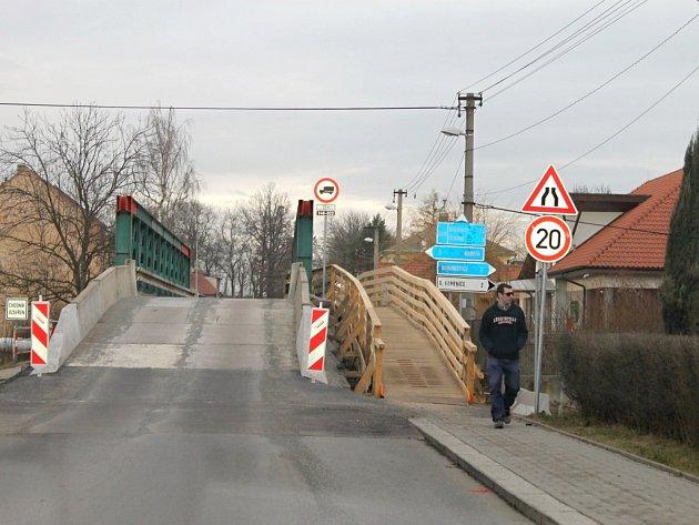 Provizorní most přes Bakovský potok je už v provozu