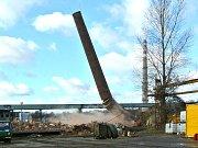 Tři cihlové a jeden ocelový komín odstřelila v pátek specializovaná firma v bývalé Poldi.