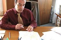 Starosta Ivo Rubik ukazuje na mapě Slaného, kde všude platí obecné pravidlo přednosti zprva.